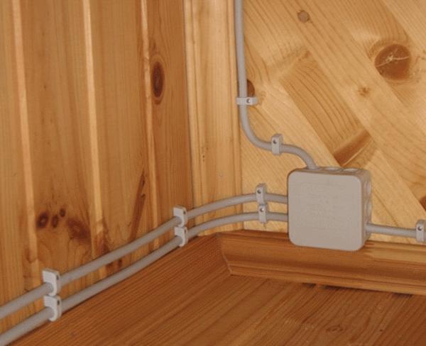 Installation von elektrischen Leitungen in Betonwänden. Elektriker ...