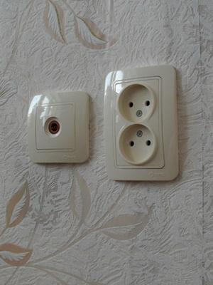 Двойная розетка утопленного типа используется для подключения сразу двух  штепсельных вилок. Встроенный вариант двойной розетки пригоден для  установки в один ... 54a7a0b5066